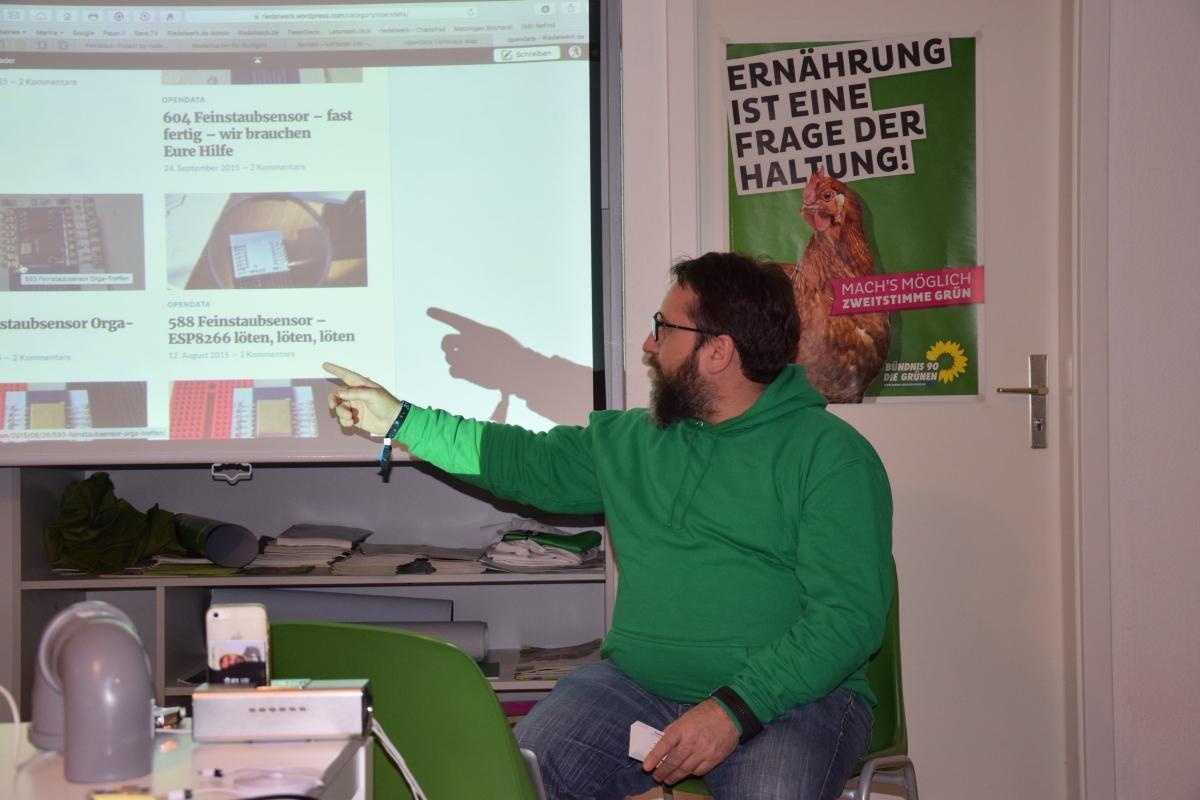 Frank Riedel,  der Feinstaub-Versteher , erklärt das Prinzip des Messgeräts für Jedermann, Top-Technik zum Nachbauen im Waiblinger  Workshop im März. Bild: Iris Förster